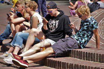 Jugendliche mit Handy
